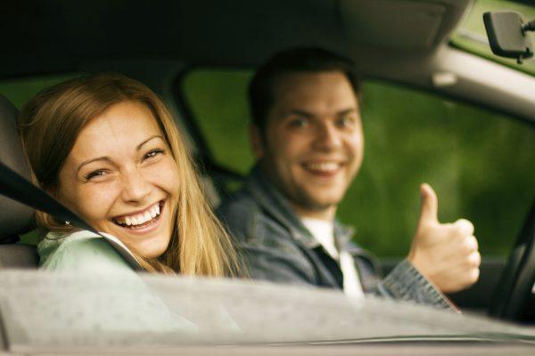 happy couple in car - Автоновости ДНР - Продажа и пригон авто из США, ОАЕ, Литвы, Грузии, Германии