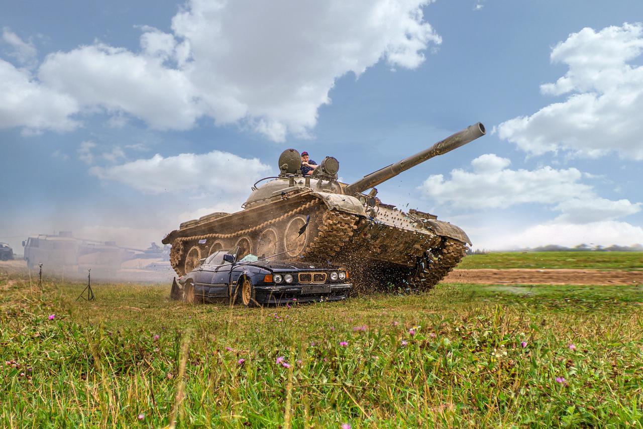 Видео: «Семерку» BMW переехал танк. Что от неё осталось?